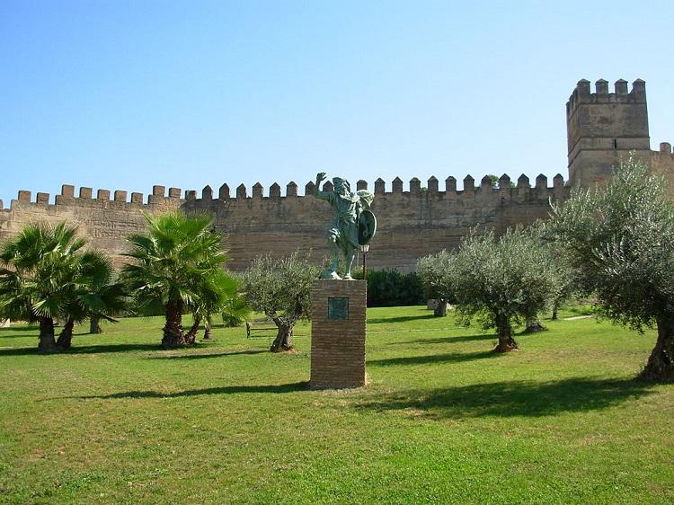 Alcazaba de Badajoz con estatua de Ibn Marwan