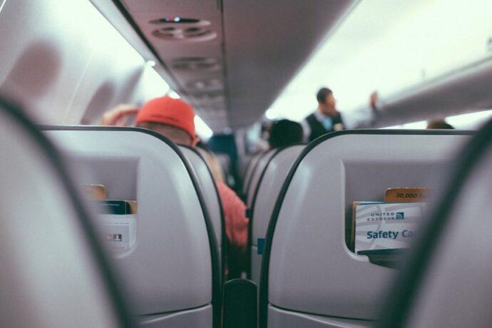 Cabina de un avión con niños y bebés