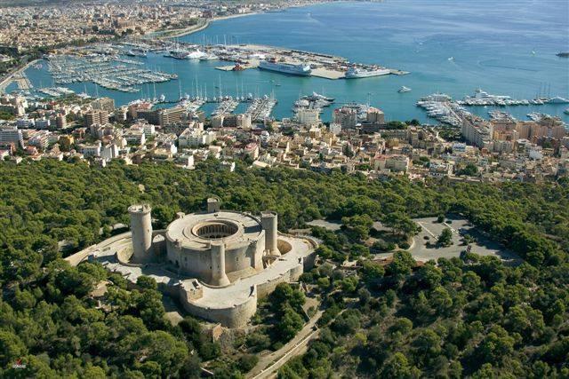 Castillo de Bellver en la bahía de Palma