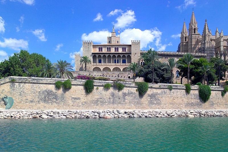 Palacio Real de la Almudaina junto a la Catedral de Palma