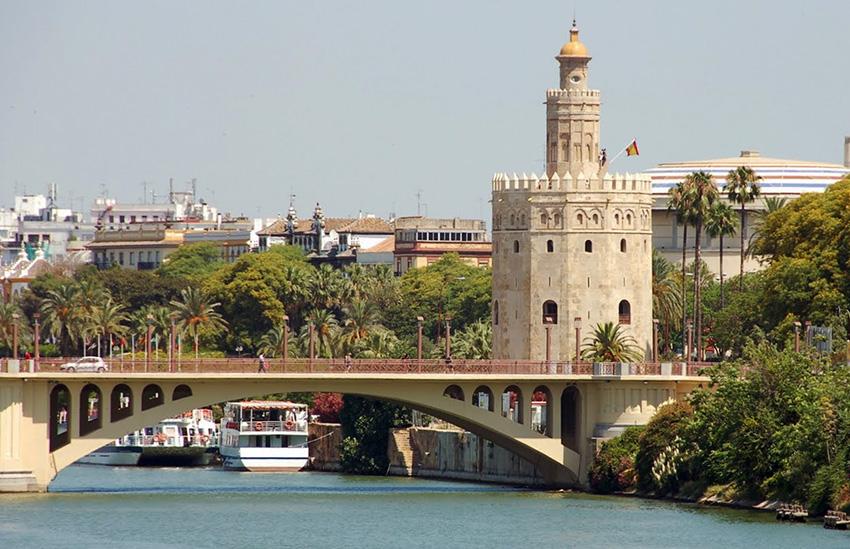 Torre del Euro Sevilla a los pies del Guadalquivir